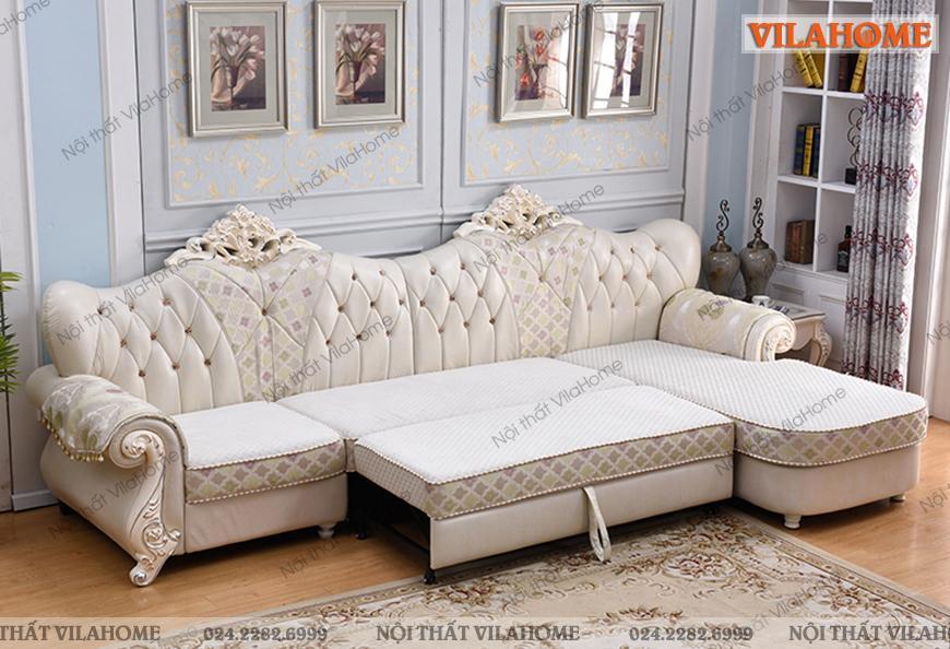 Phòng khách cực kỳ sang với sofa cổ điển bọc da trắng có thể kéo ra thành giường.